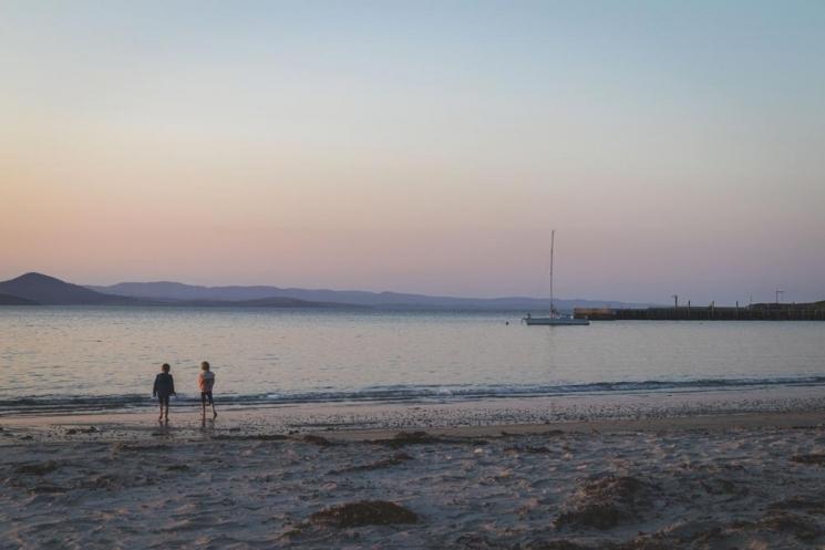 Enfants qui jouent au coucher de soleil